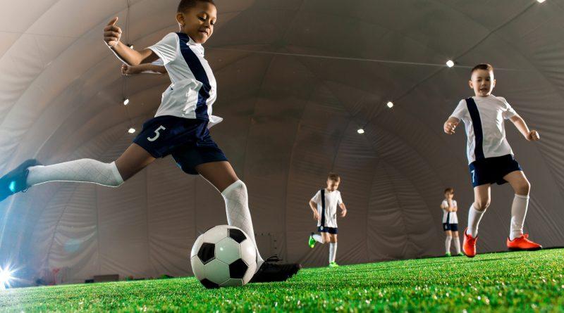 Stroje piłkarskie – jak wybrać najlepszą odzież sportową?